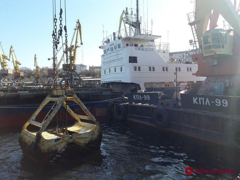 В акватории Одесского порта чистят дно