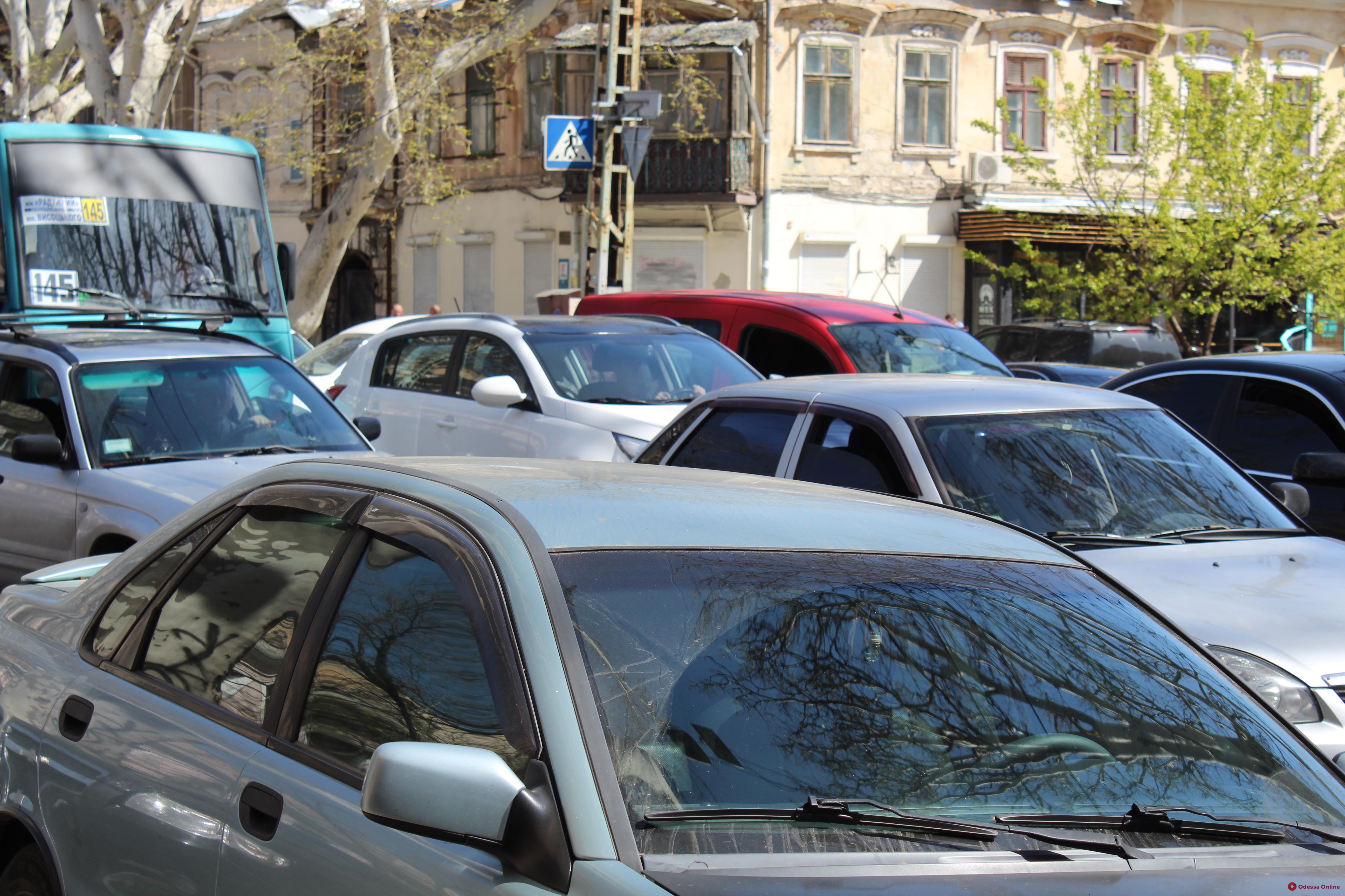 Предпасхальный ажиотаж: центр Одессы стоит в пробках (фото)