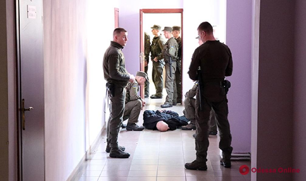 В одесском суде обвиняемому пытались передать наркотики