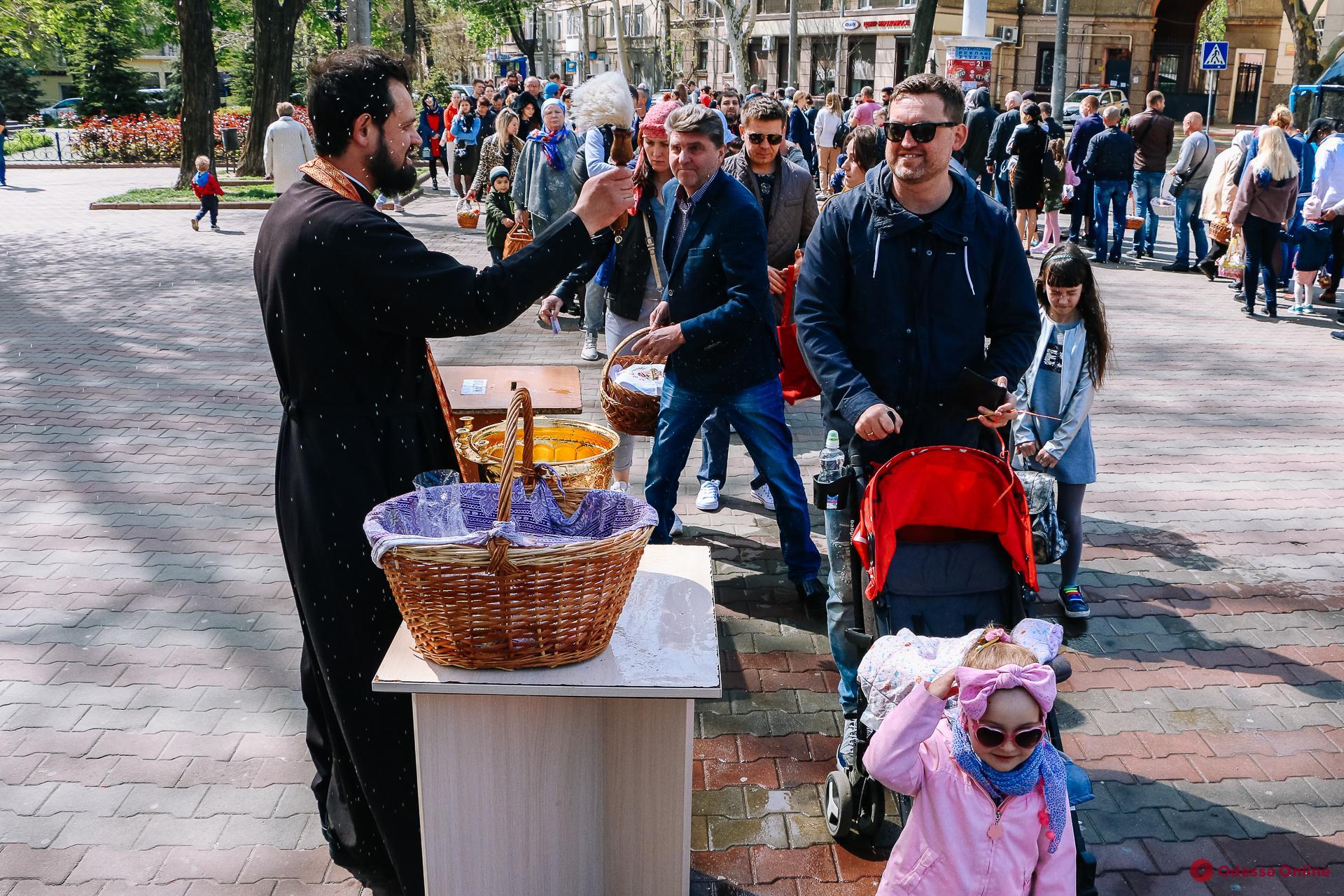 Одесситы святят праздничные куличи возле Спасо-Преображенского собора (фоторепортаж)