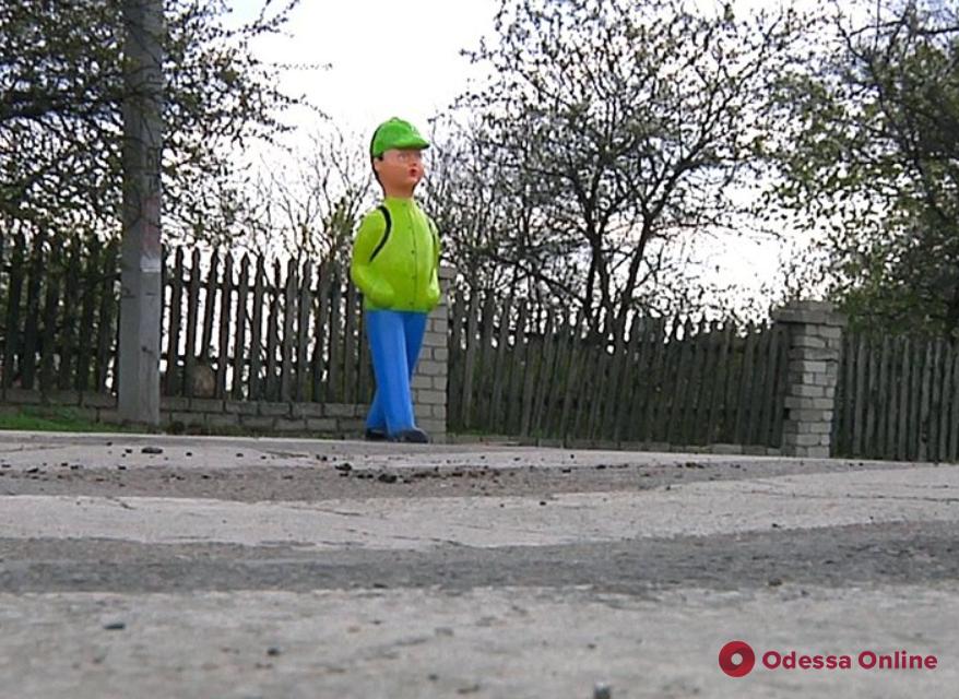 В Одесской области у дорог появились пластиковые «школьники»