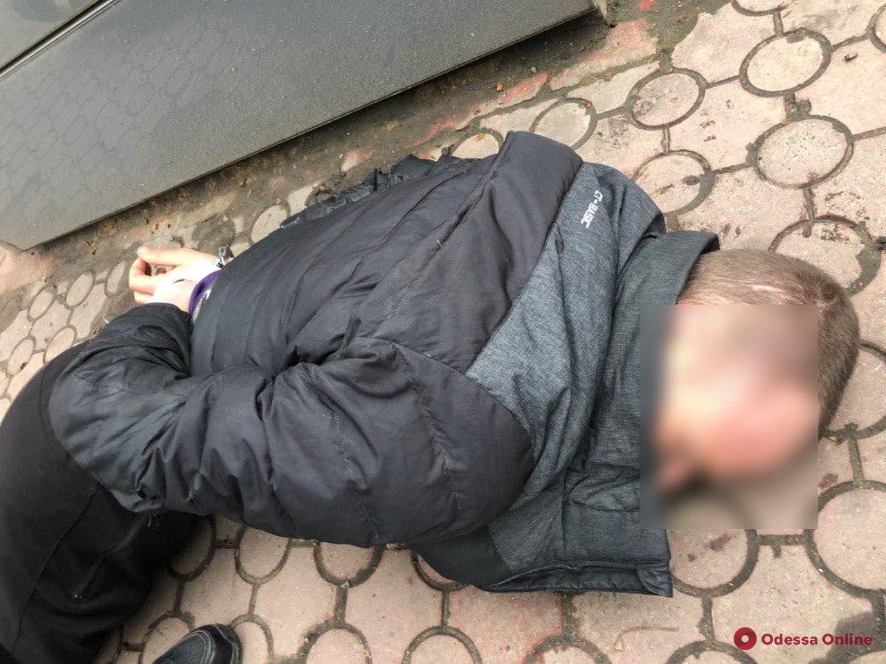 Не смог убежать: в Одессе на горячем поймали грабителя