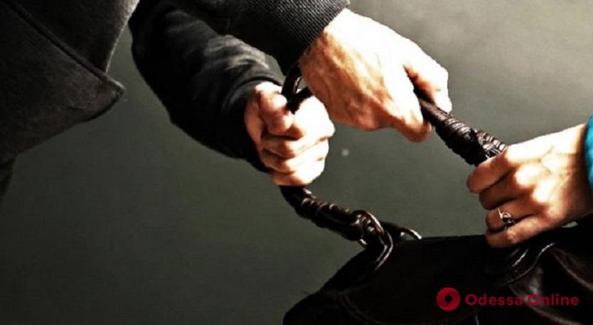 На поселке Котовского двое грабителей напали на одесситку