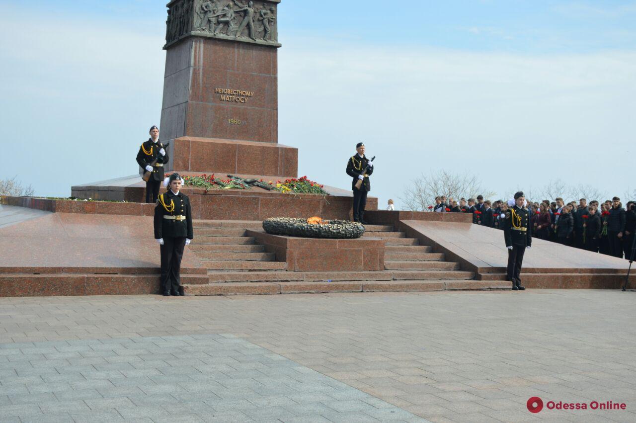 Одесские школьники заступили в почетный караул у Вечного огня