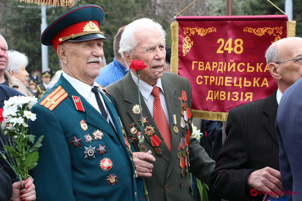 Одесские ветераны возложили цветы к стеле «Крылья Победы»