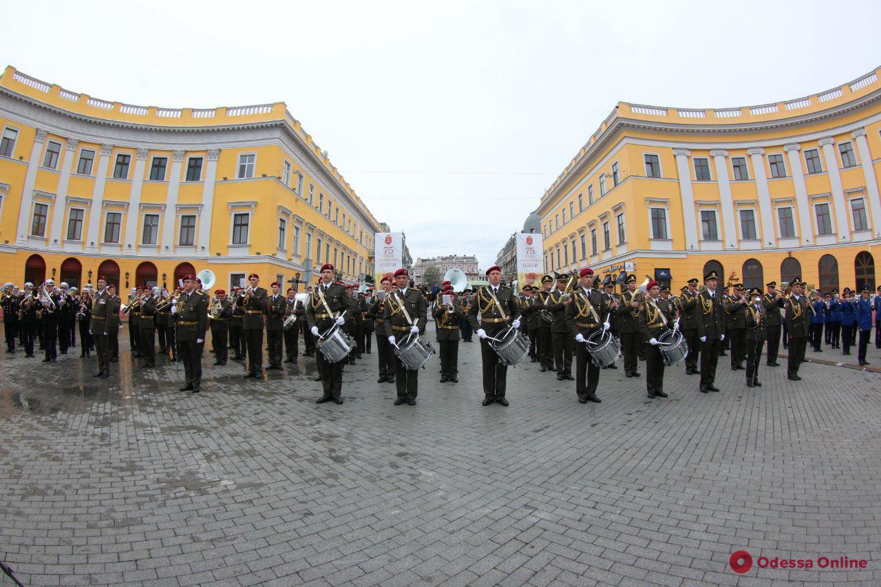 На Приморском бульваре проходит концерт духовых оркестров (фоторепортаж)