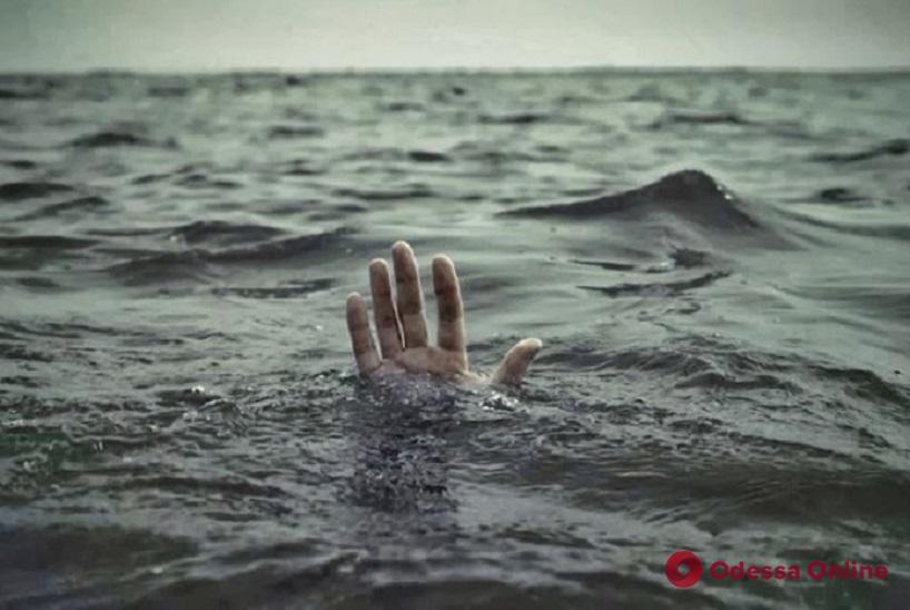 На Сухом Лимане из воды вытащили тело неизвестного мужчины