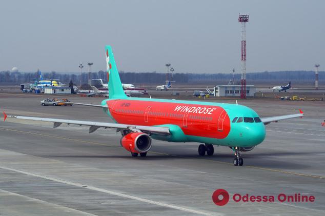 В Одесском аэропорту самолет совершил экстренную посадку из-за сообщения о минировании