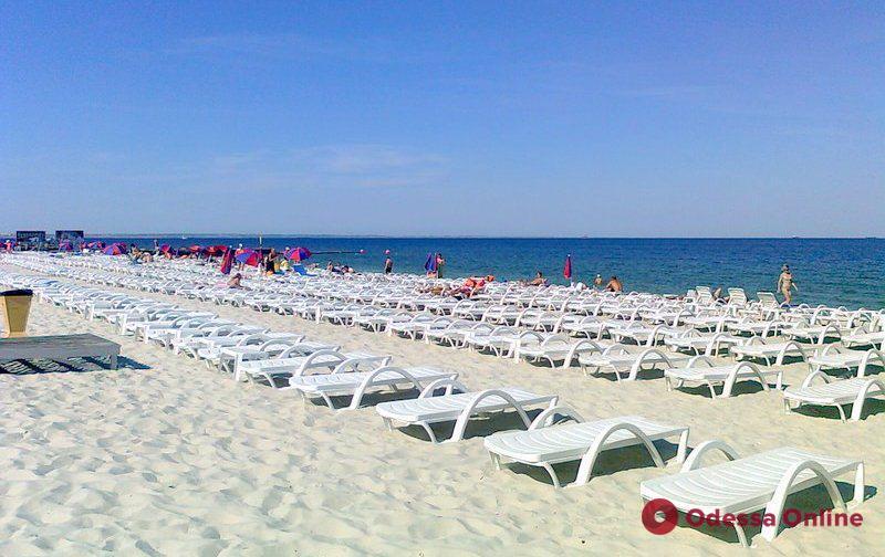 Мэр Одессы призвал арендаторов не загромождать пляжи топчанами и шатрами