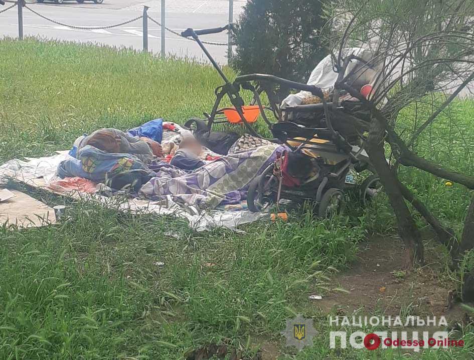 В Одессе горе-мать оставила ребенка в коляске у вокзала