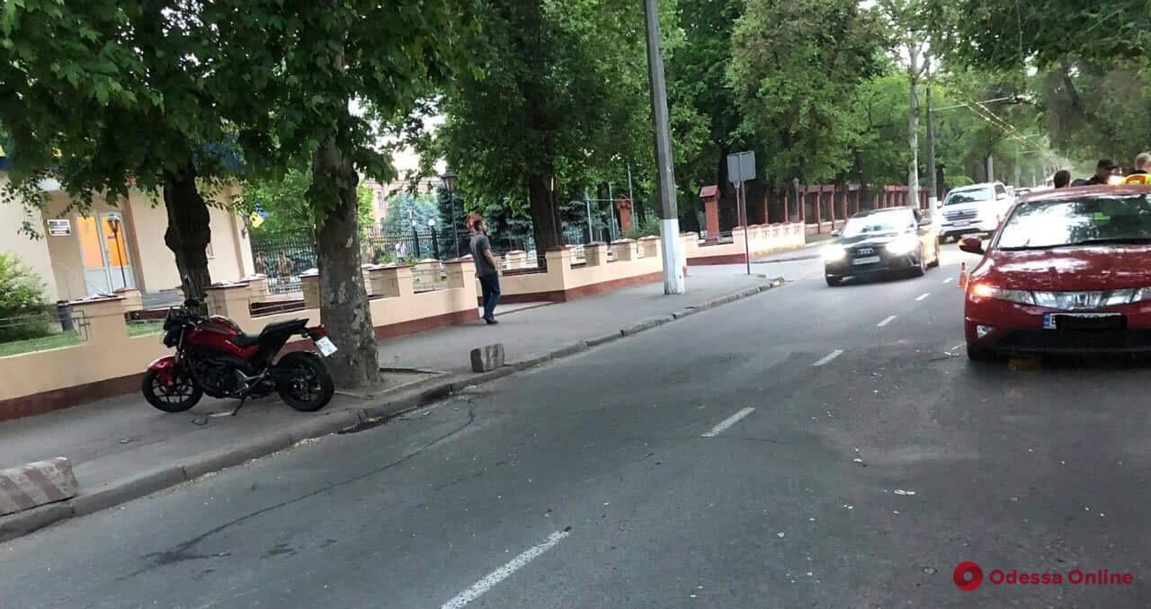 На Фонтане мотоциклист сбил пешехода и врезался в автомобиль
