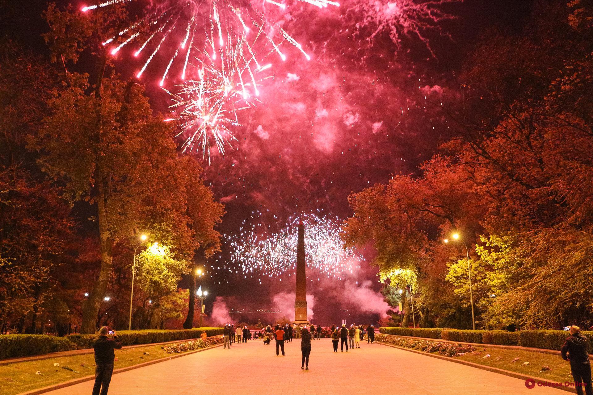 День Победы: в парке Шевченко отгремел праздничный салют (фоторепортаж)