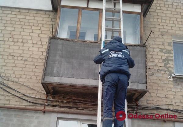 На поселке Котовского мужчина выпал из окна четвертого этажа