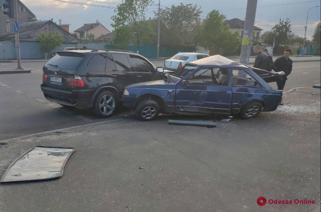 В Одессе столкнулись BMW и Ford — пострадали оба водителя