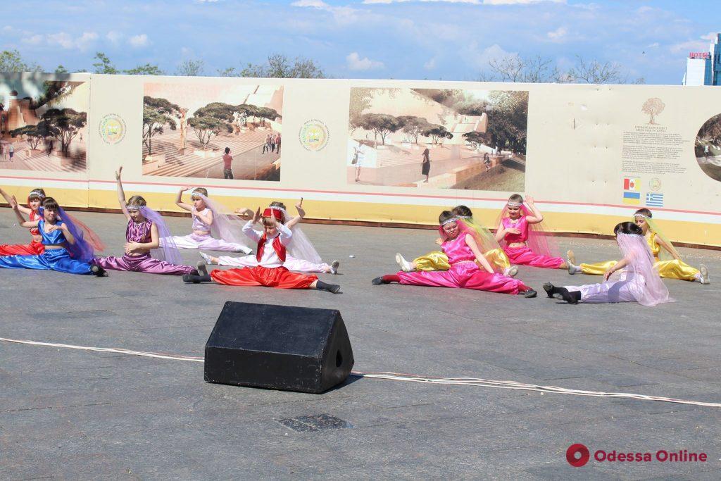 «Дети Одессы – Одессе-маме»: на Потемкинской лестнице прошел флешмоб (фото)