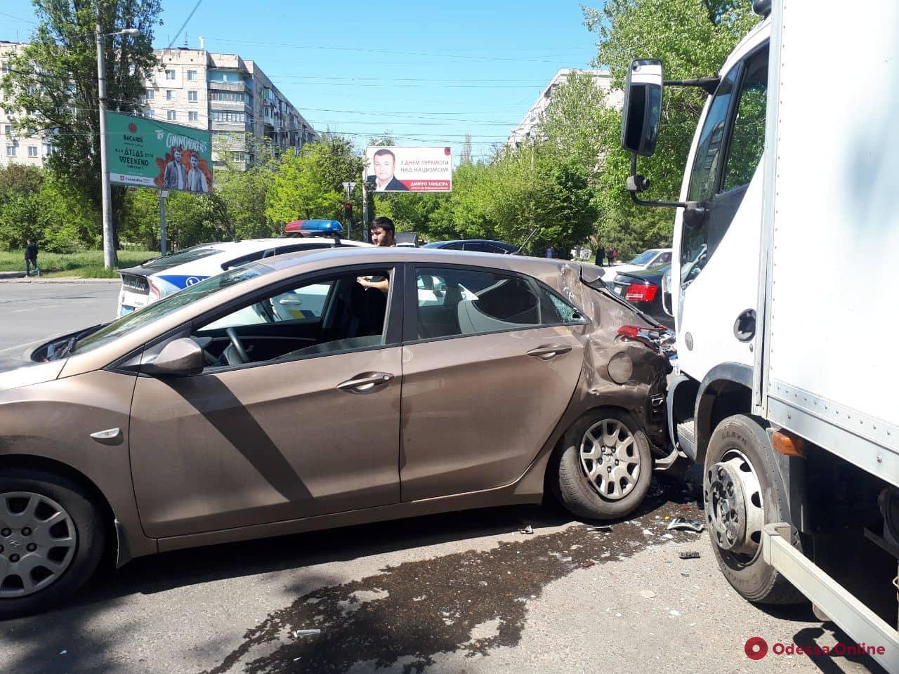 На Таирова столкнулись грузовик и две легковушки
