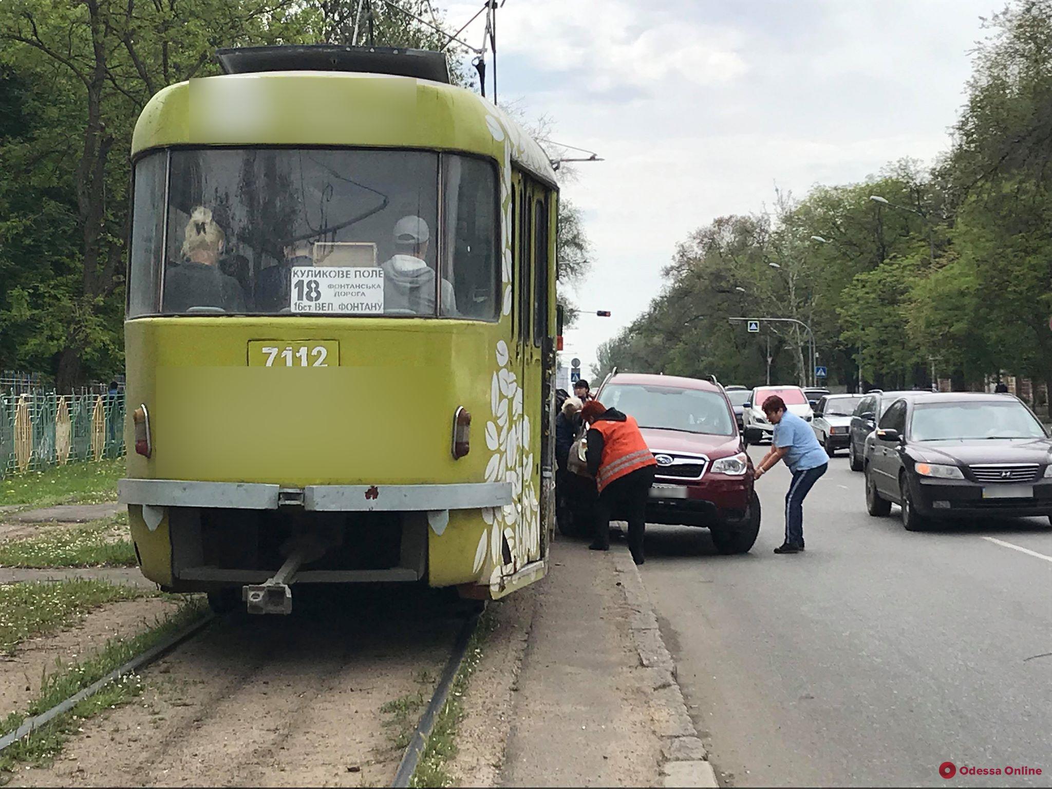На Фонтане автохам заблокировал движение трамвая (видео)