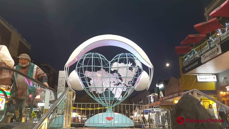 «Слушай мир всем сердцем»: одесский скульптор представил свою работу на фестивале в Австралии