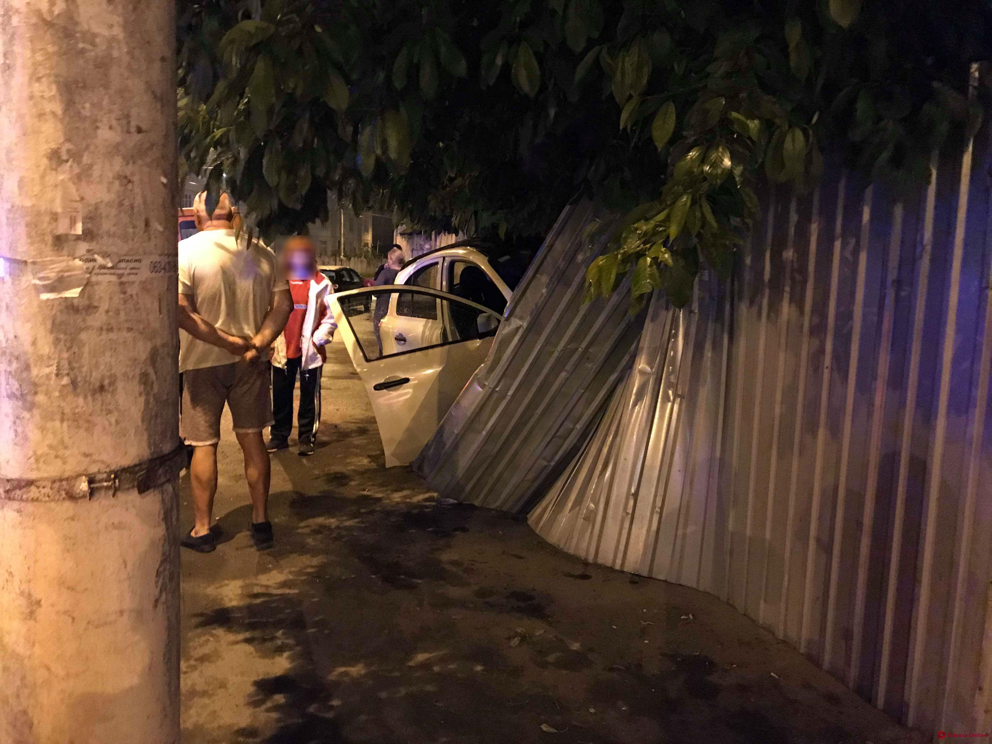В Одессе автоледи на «Ниссане» врезалась в забор