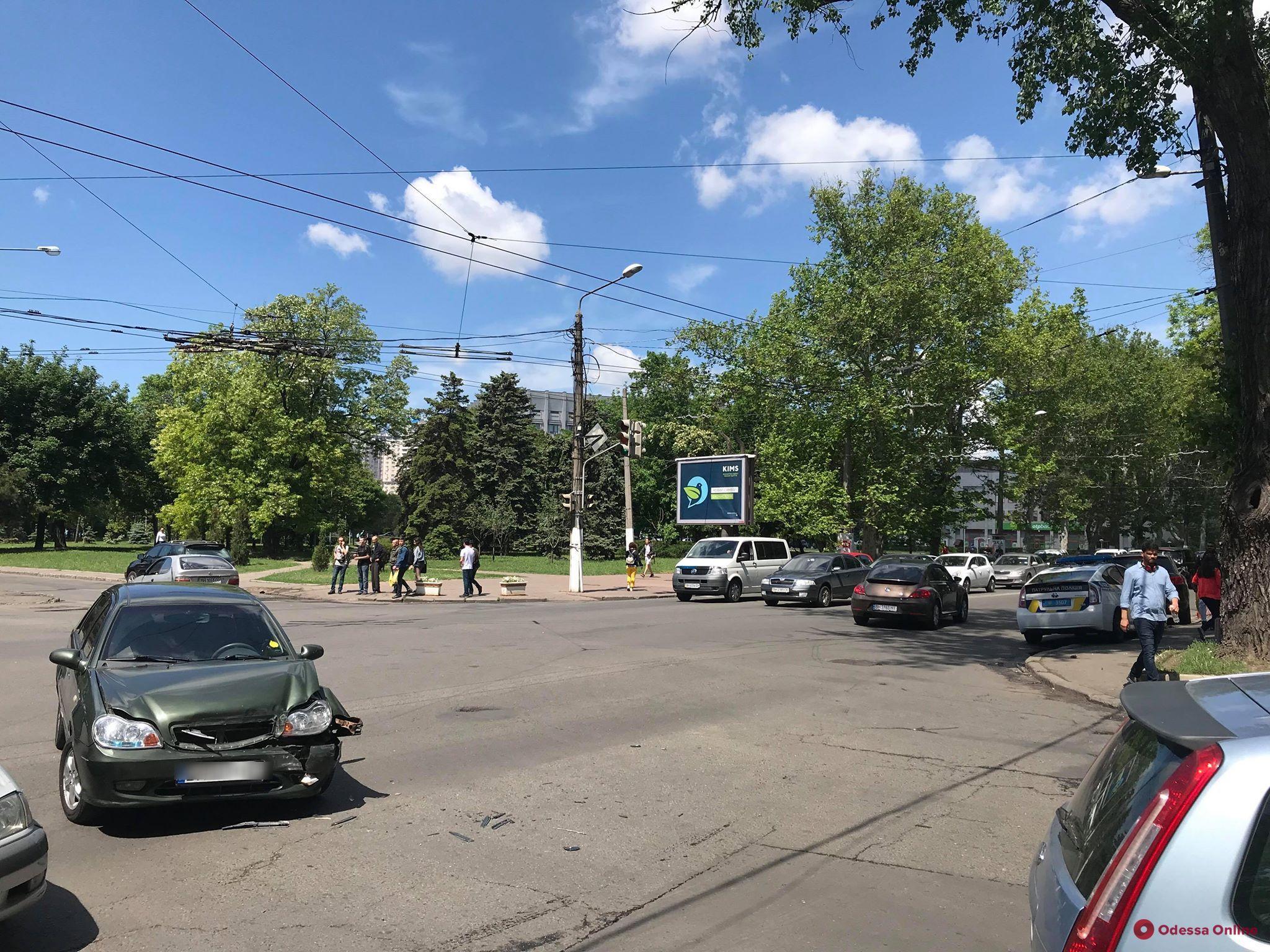 На проспекте Шевченко столкнулись два авто — пострадал пешеход