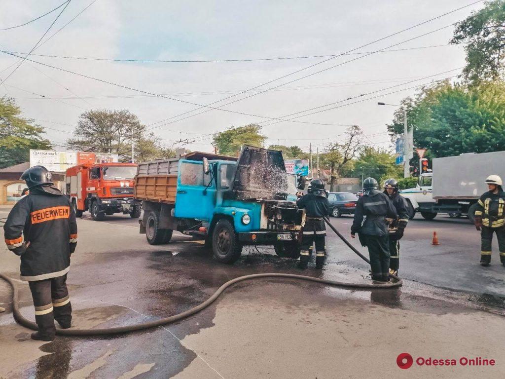 В Одессе на ходу загорелся грузовик (фото, видео)