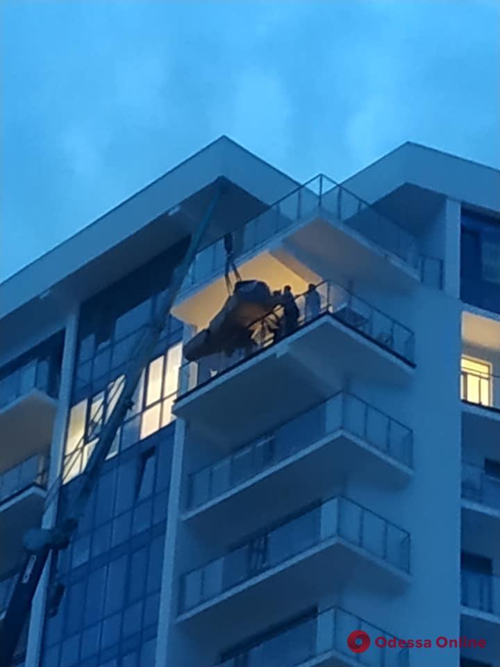 В Одессе подняли диван на 13-й этаж с помощью строительного крана (фотофакт)