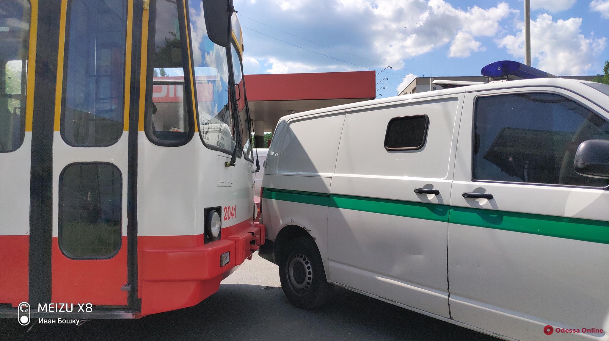 На Таирова столкнулись троллейбус и машина инкассаторов