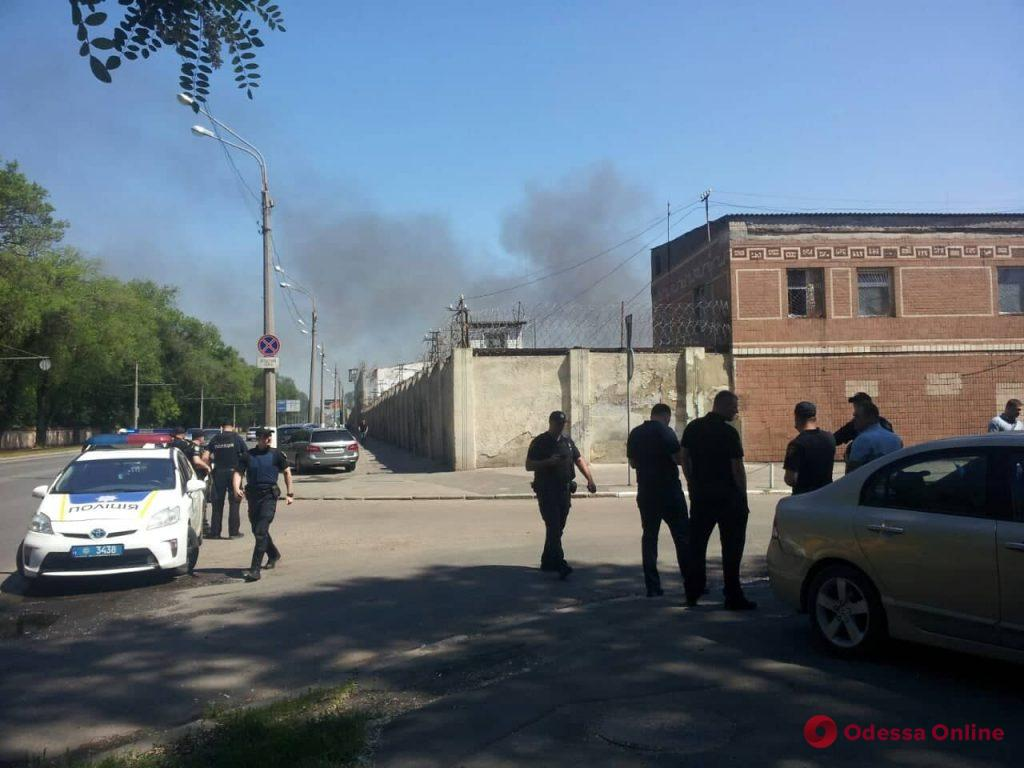 В одесской колонии бунтуют заключенные — подожжен автомобиль (фото, видео, обновляется)