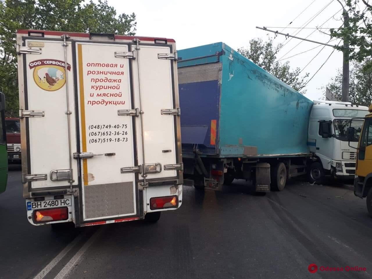 Одесса: на Грушевского фура врезалась в столб