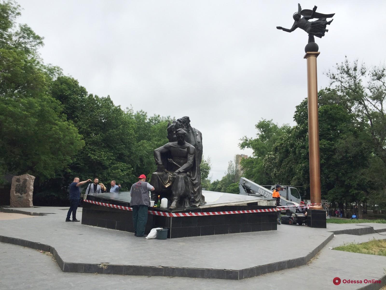 В Старобазарном сквере приводят в порядок памятник атаману Головатому
