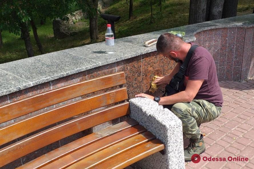 Коммунальщики отмывали фонтан в парке Шевченко от запрещенных лозунгов