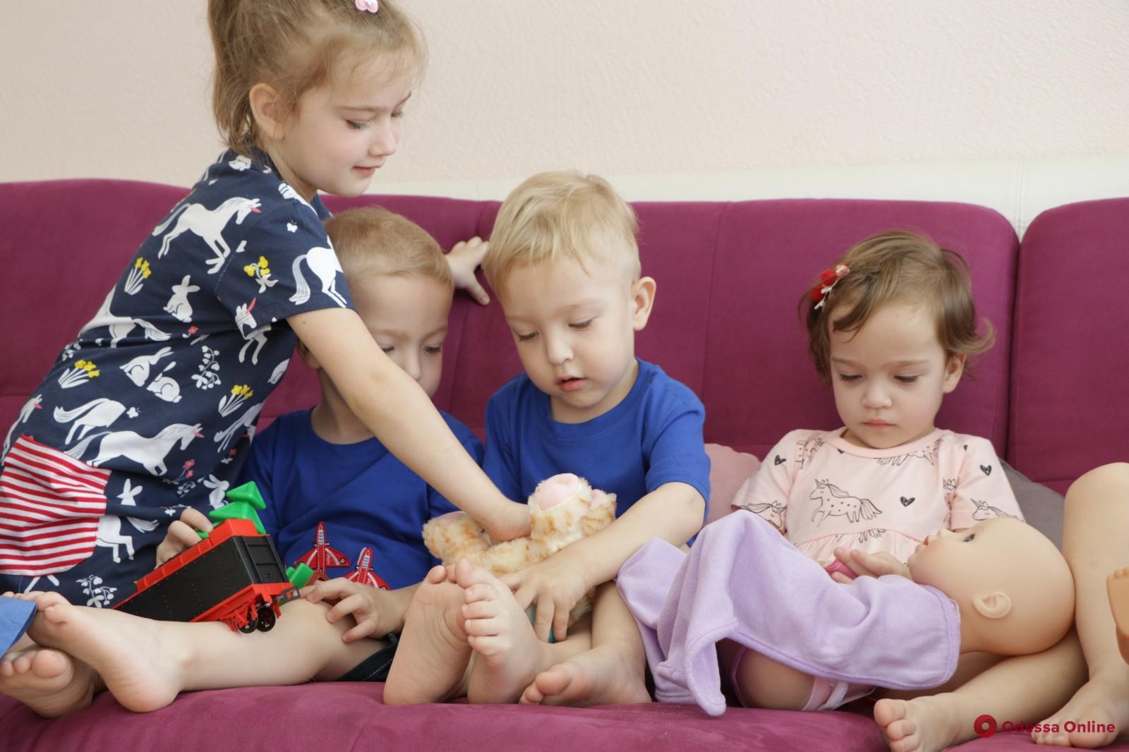 Одесские пятерняшки получили подарки ко Дню защиты детей (фото,видео)