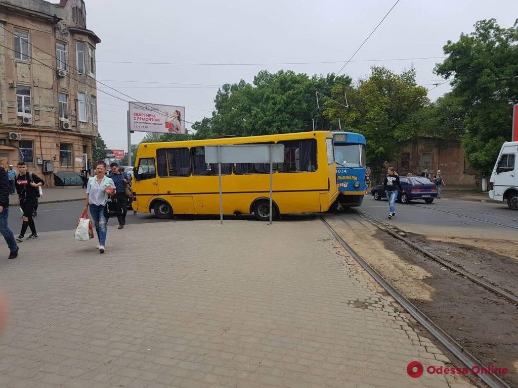 На Старосенной площади трамвай столкнулся с маршруткой