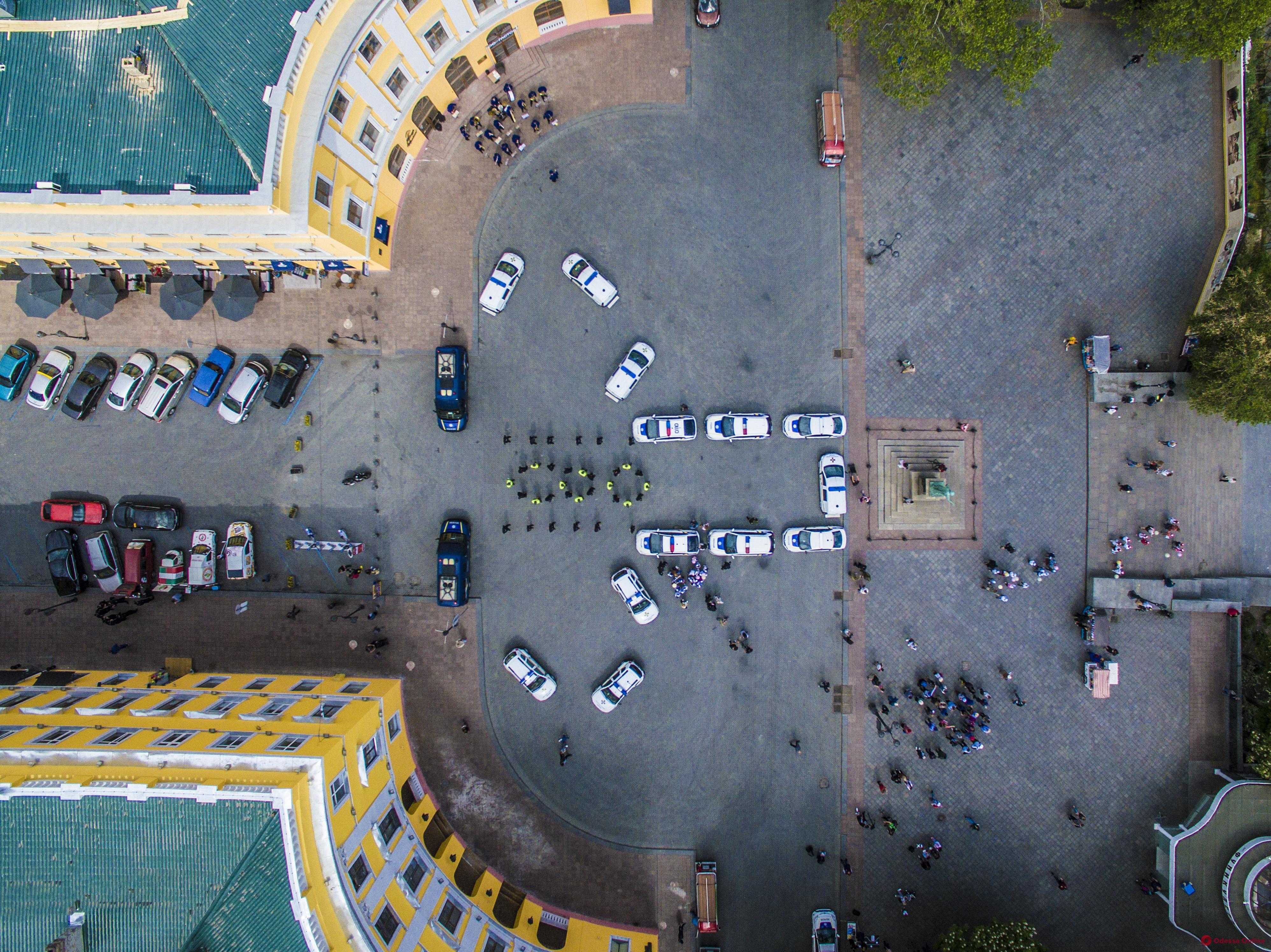 В День вышиванки одесские патрульные и нацгвардейцы устроили праздничный флешмоб (фото)