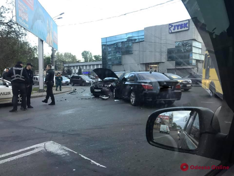 На Среднефонтанской столкнулись два BMW