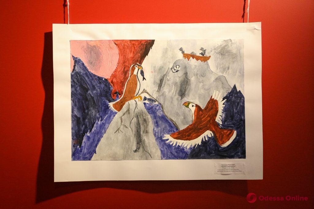 «Небо и его жители»: в Одессе открылась выставка работ юных художников
