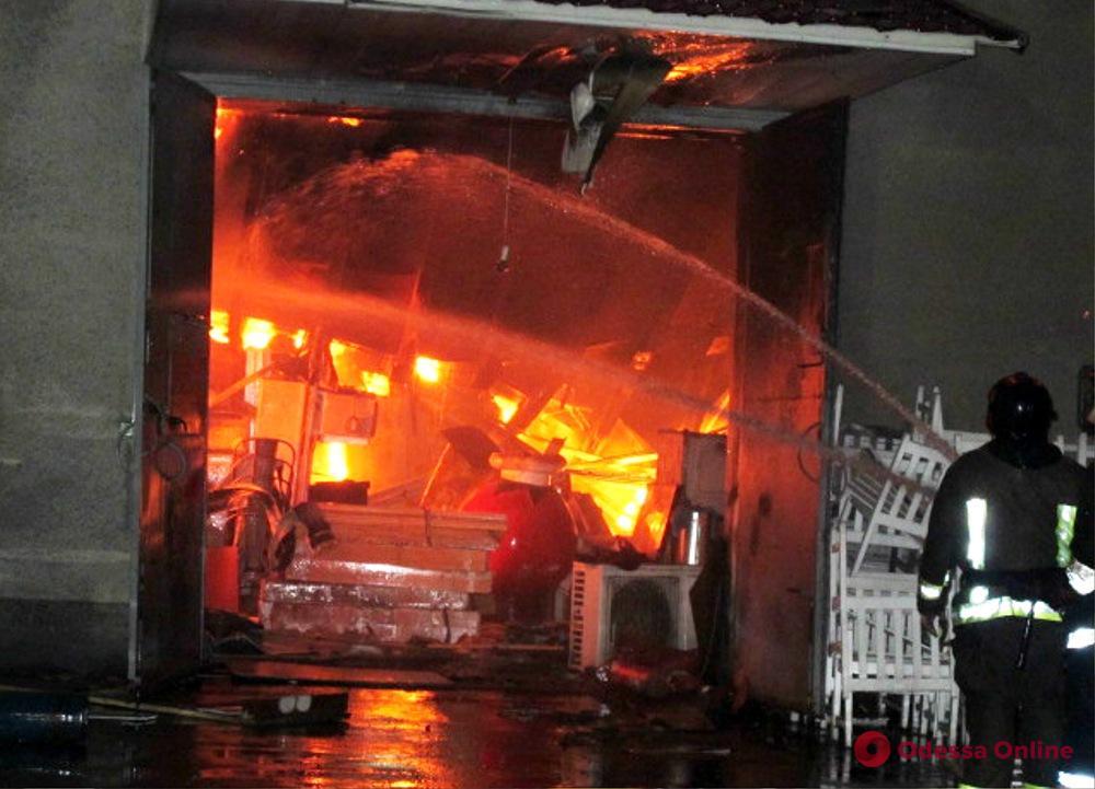 Горящие склады на Онежской тушили всю ночь (фото, видео)