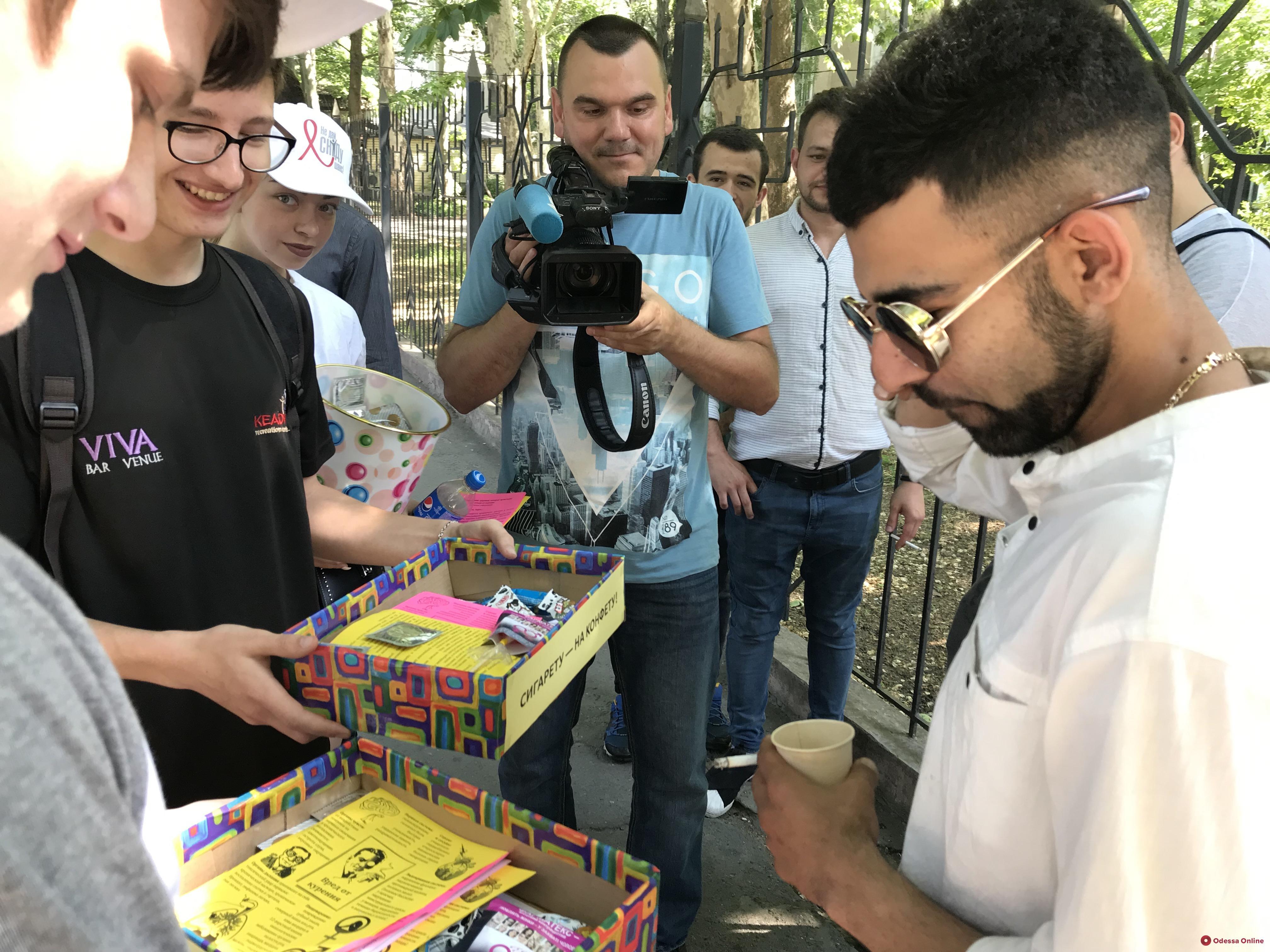 «Обменяй сигарету на конфету»: в Одессе прошла антиникотиновая акция