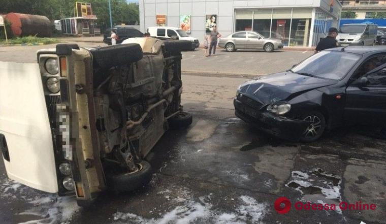 В Одесской области не разминулись две легковушки – одна из них перевернулась