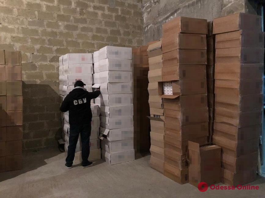 На трассе Киев-Одесса задержали фуру с большим грузом контрабандных сигарет