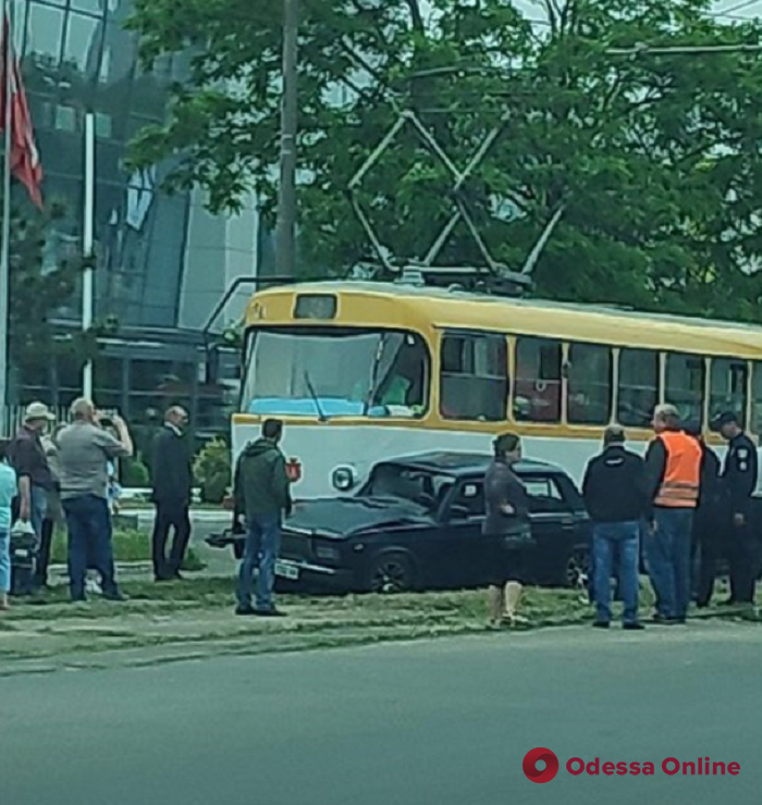 На Таирова не разминулись трамвай и легковушка – есть пострадавший
