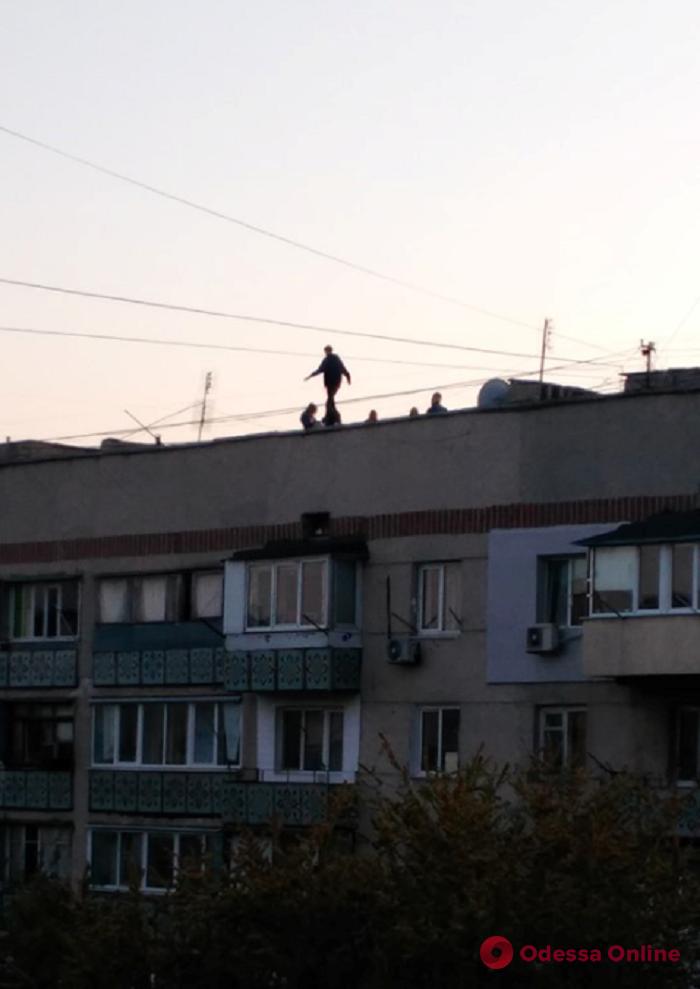 Опасное развлечение: на Таирова подростки делали селфи на крыше дома