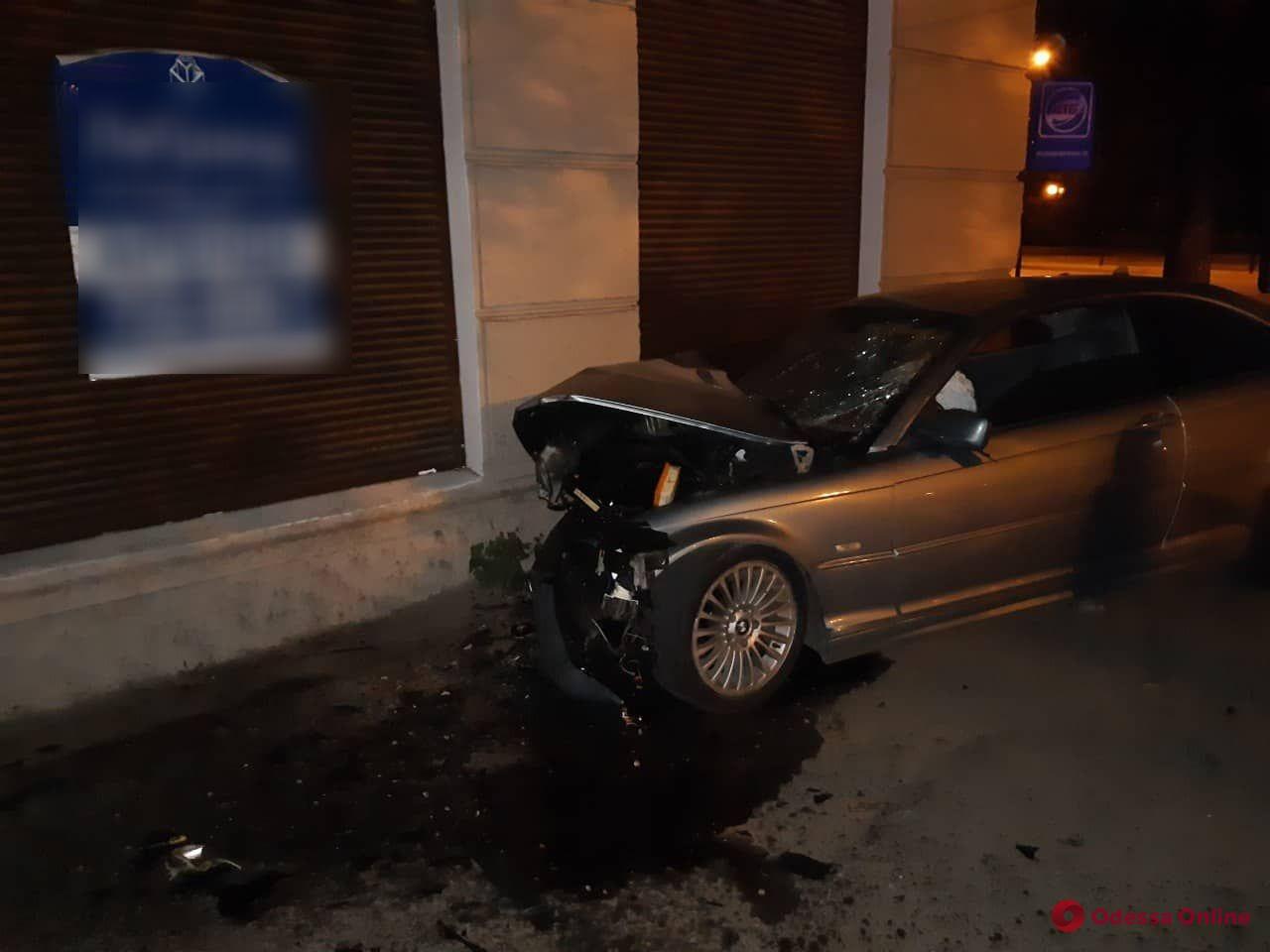 На Среднефонтанской BMW врезался в дом — пострадал водитель