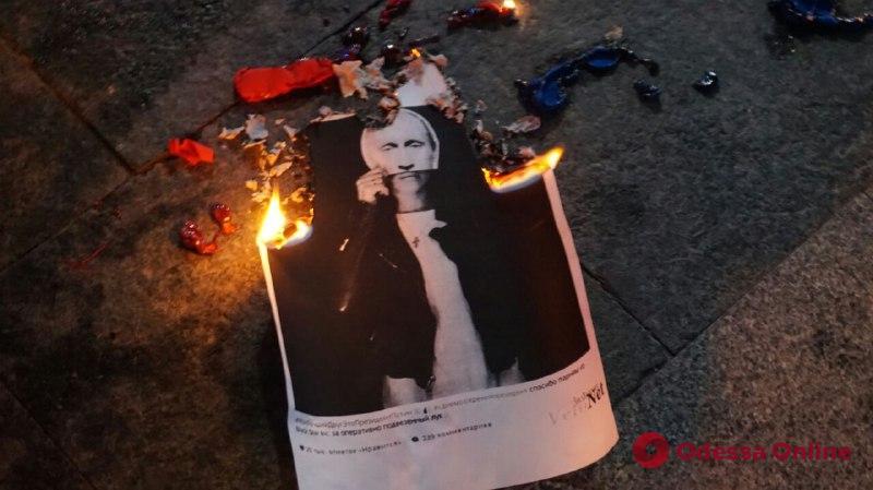 Одесса: активисты сожгли флаг РФ из-за концерта фанатки Путина