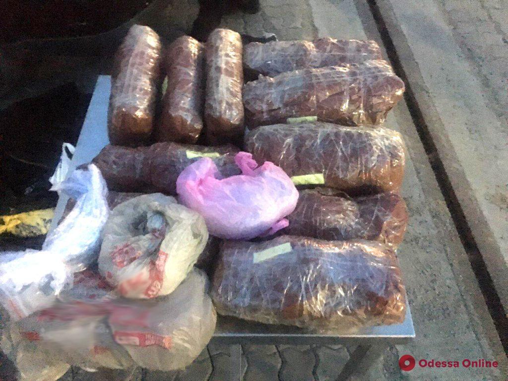 Одесские пограничники обнаружили контрабанду на миллион (фото, видео)