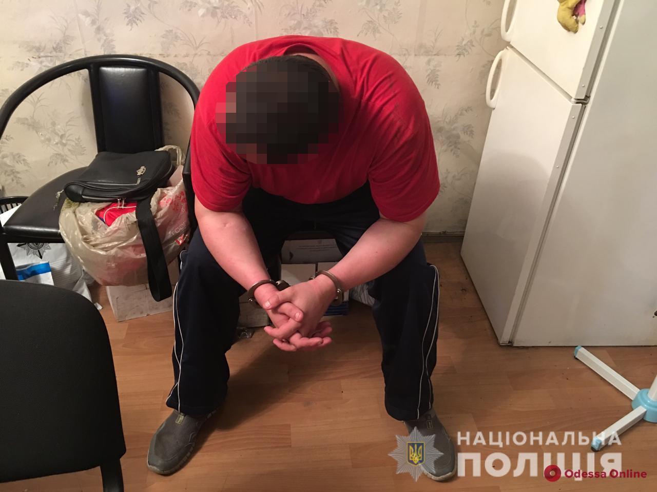 Одессит закрылся в туалете медучреждения и угрожал взорвать здание