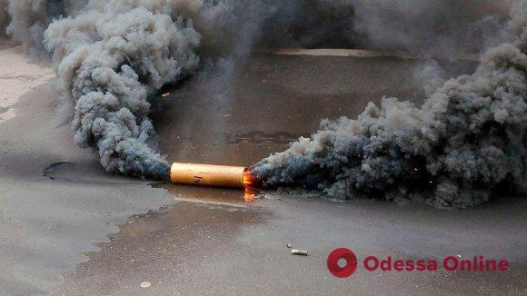 В Одессе забросали дымовыми шашками «Лотомаркеты»