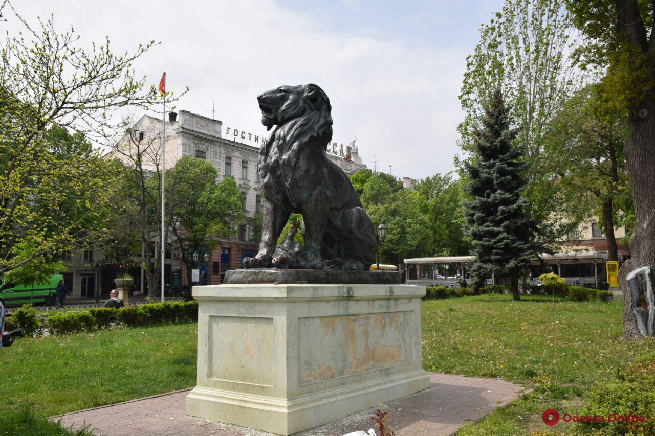 В Горсаду ремонтируют скульптуры льва и львицы (фото)