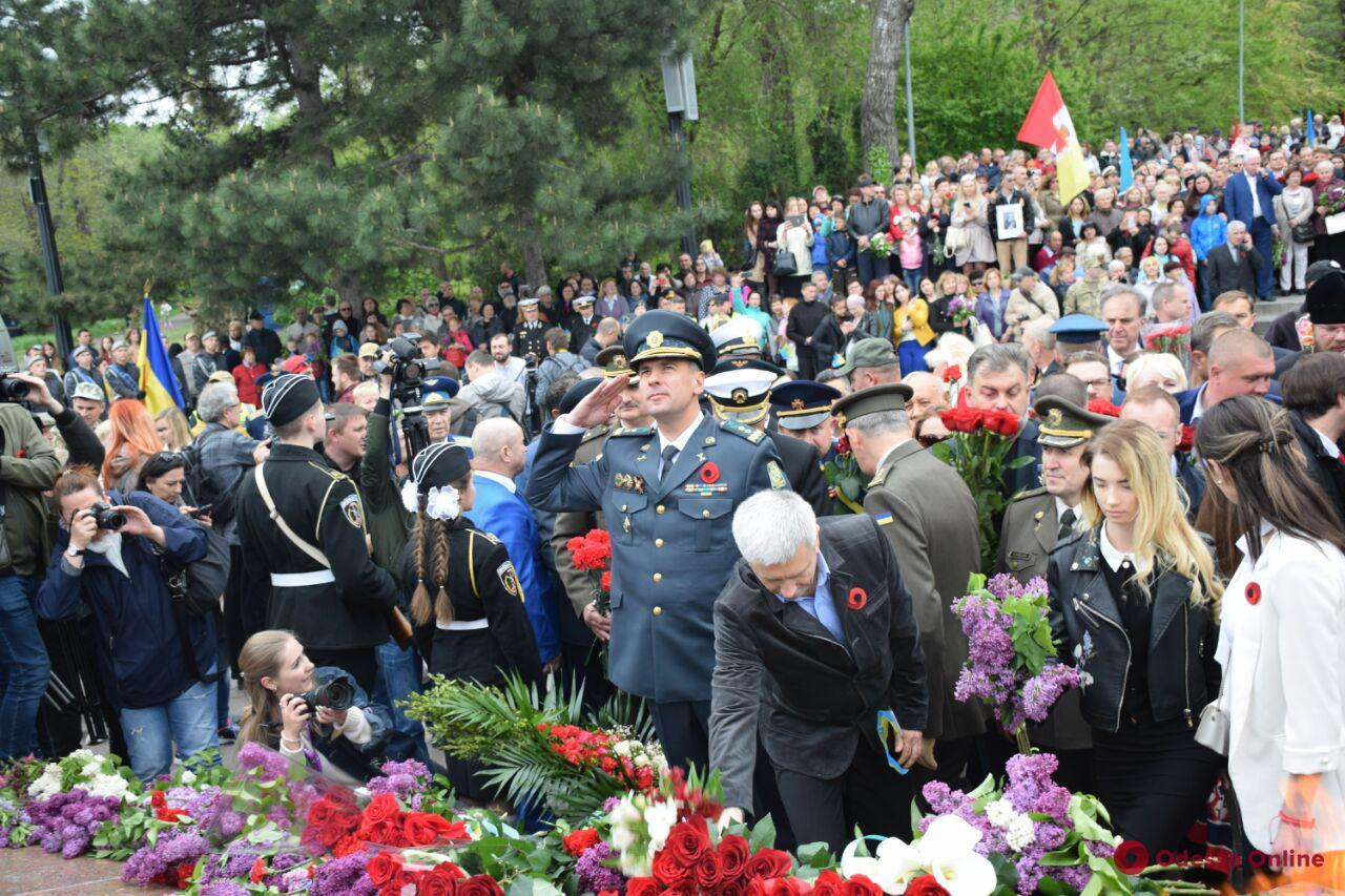 Одесса отмечает День Победы: тысячи горожан пришли сегодня на Аллею Славы