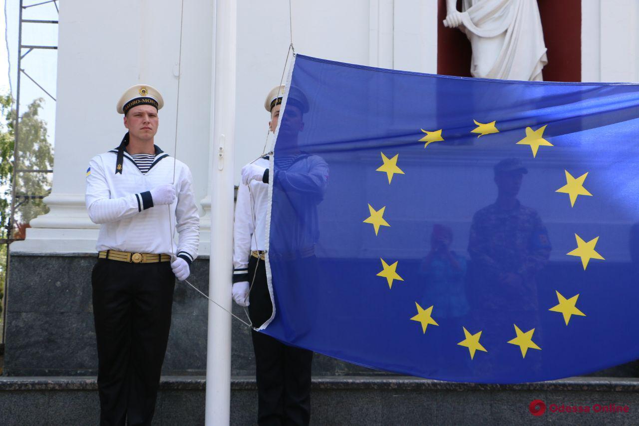 Возле Одесской мэрии подняли флаг Евросоюза